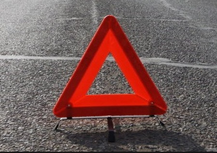 В Апатитах «МАЗ» пробил колесо и вылетел в кювет