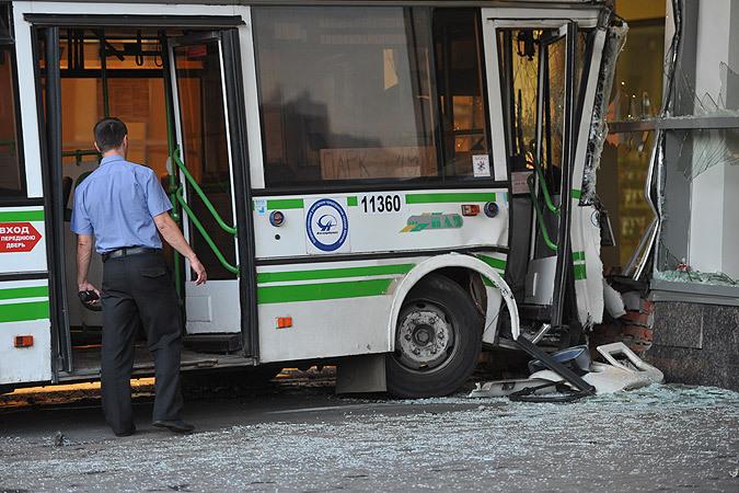 Автобус въехал в московский