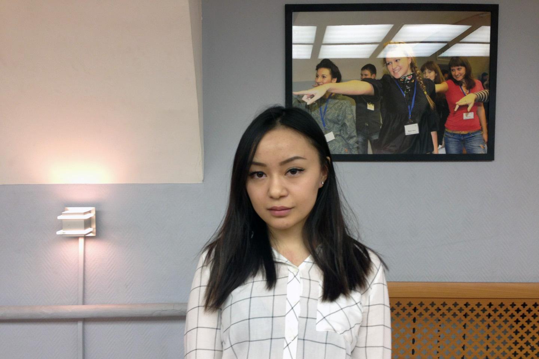 Ученик смотрит под юбку учительнице 4 фотография